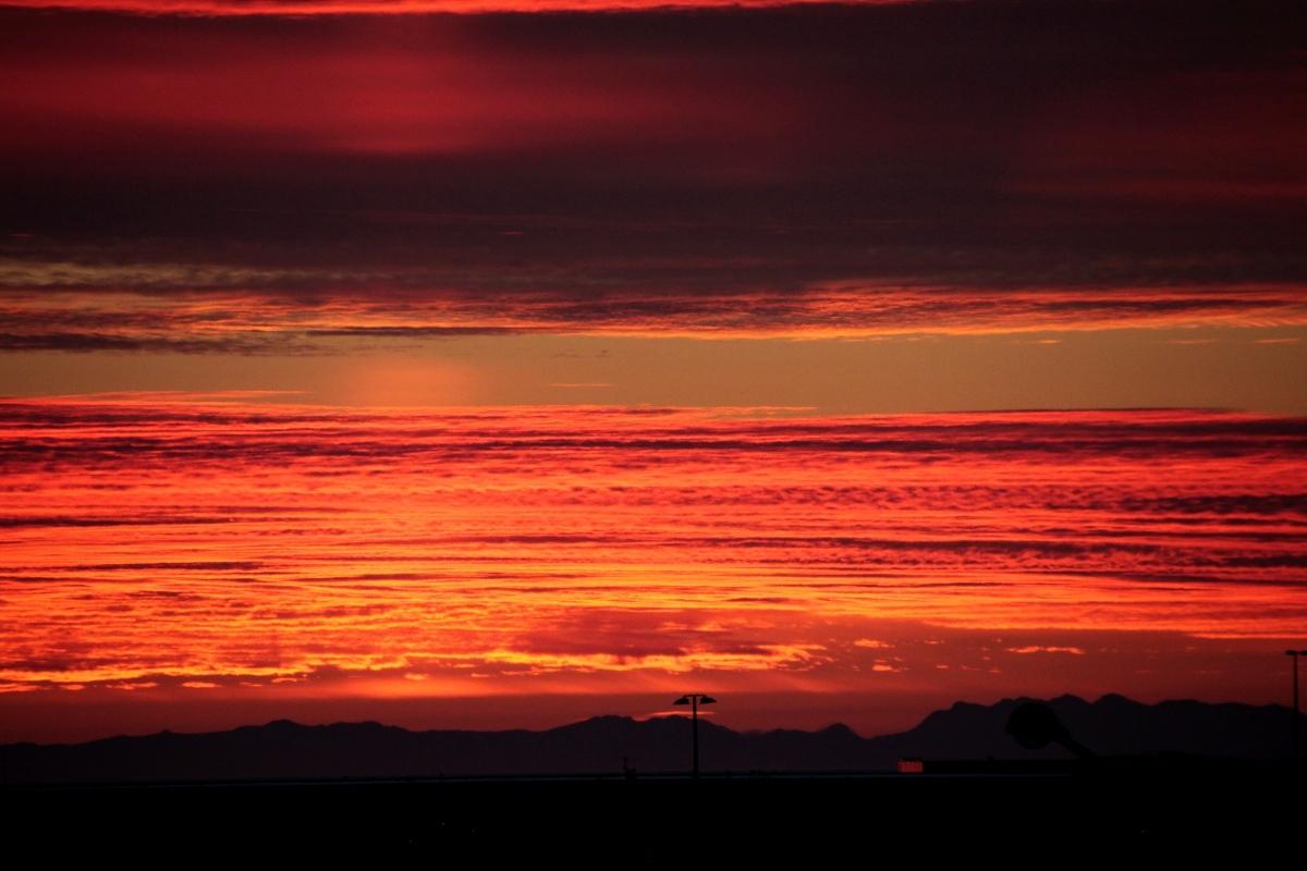 Niesamowity zachód słońca nad portem w Reykjaviku.