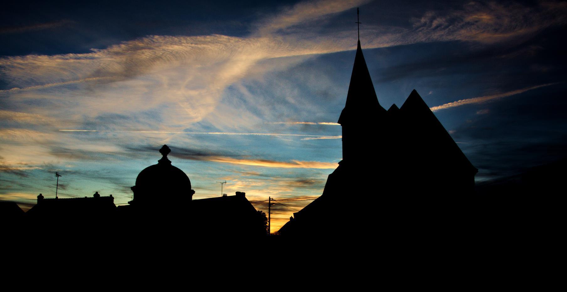 Zachód słońca nad kościołem i kaplicą w Thimory, okolica Montargis, Francja