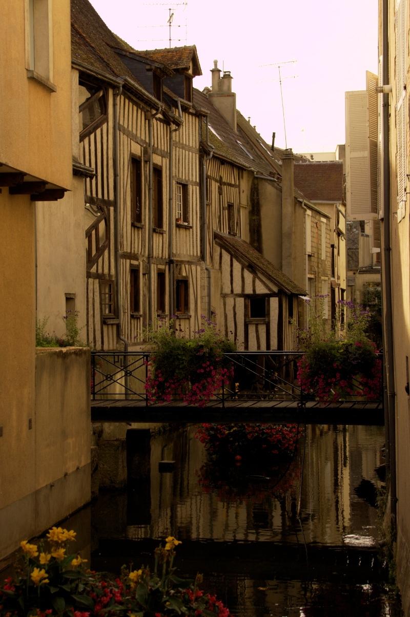 Francja: średniowieczna architektura w centrum Montargis