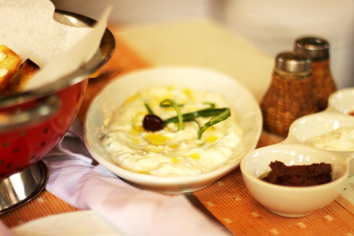 Tzatziki jako przystawka w restauracji Romios w Rodos