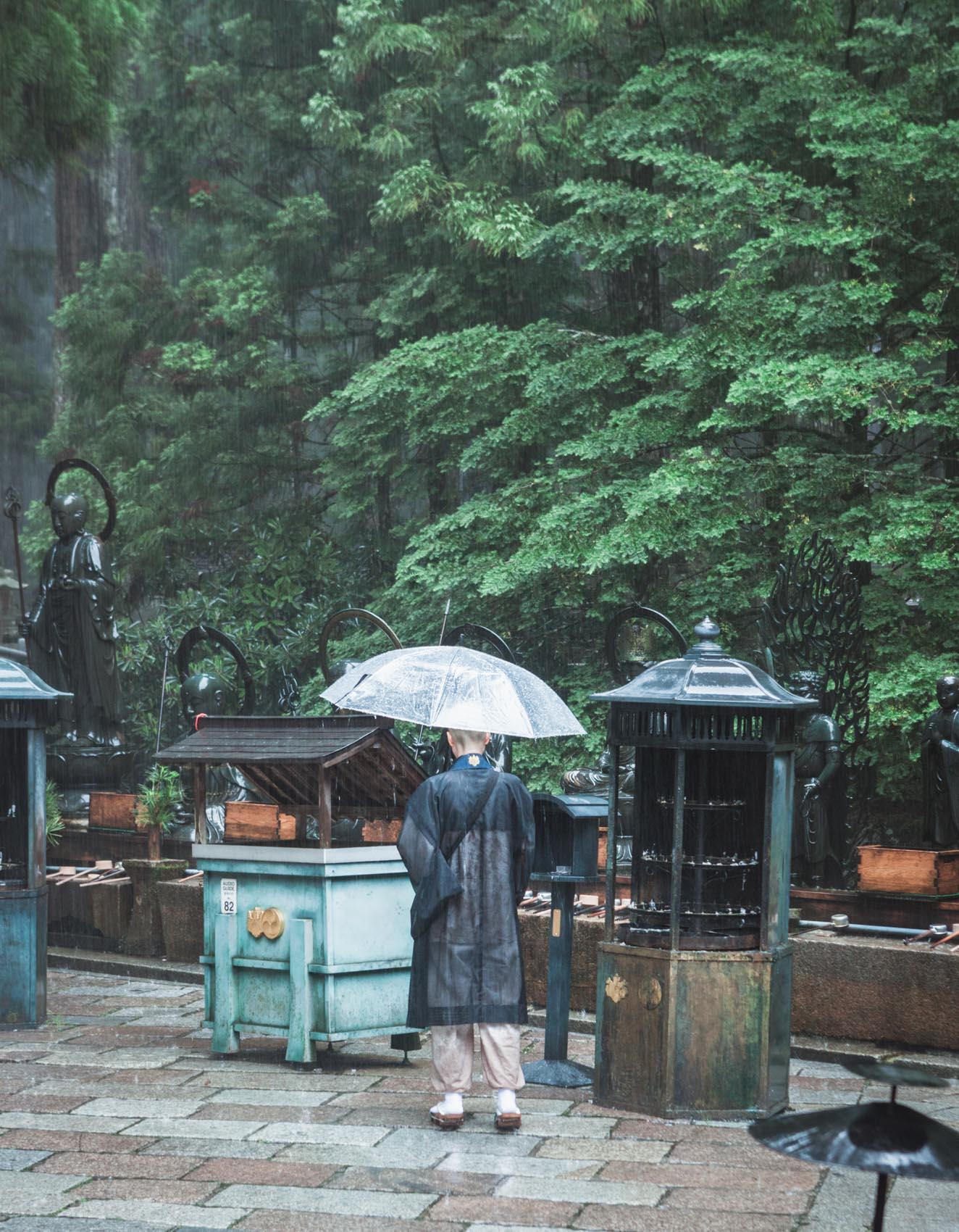 Koya-san, Okunoin, mnich buddyjski